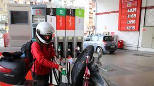 El IPC sube 6 décimas en junio, hasta el -0,3%, por la gasolina y la luz. En la foto, una gasolinera de Barcelona.