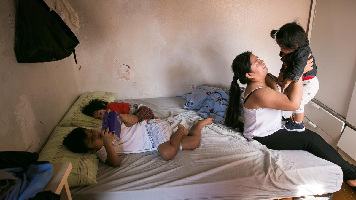 Una mujer y sus hijos, en un piso ocupado de L'Hospitalet de Llobregat.