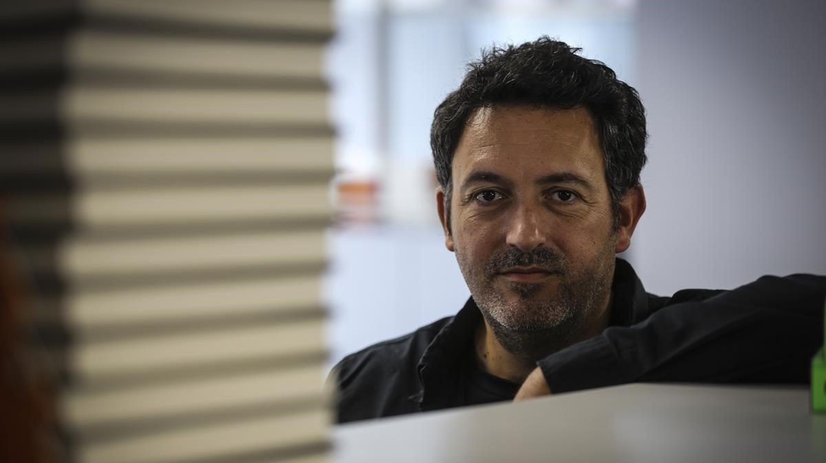 El escritor Mikel Santiago, en Barcelona, donde ha presentado 'La isla de las últimas voces'.