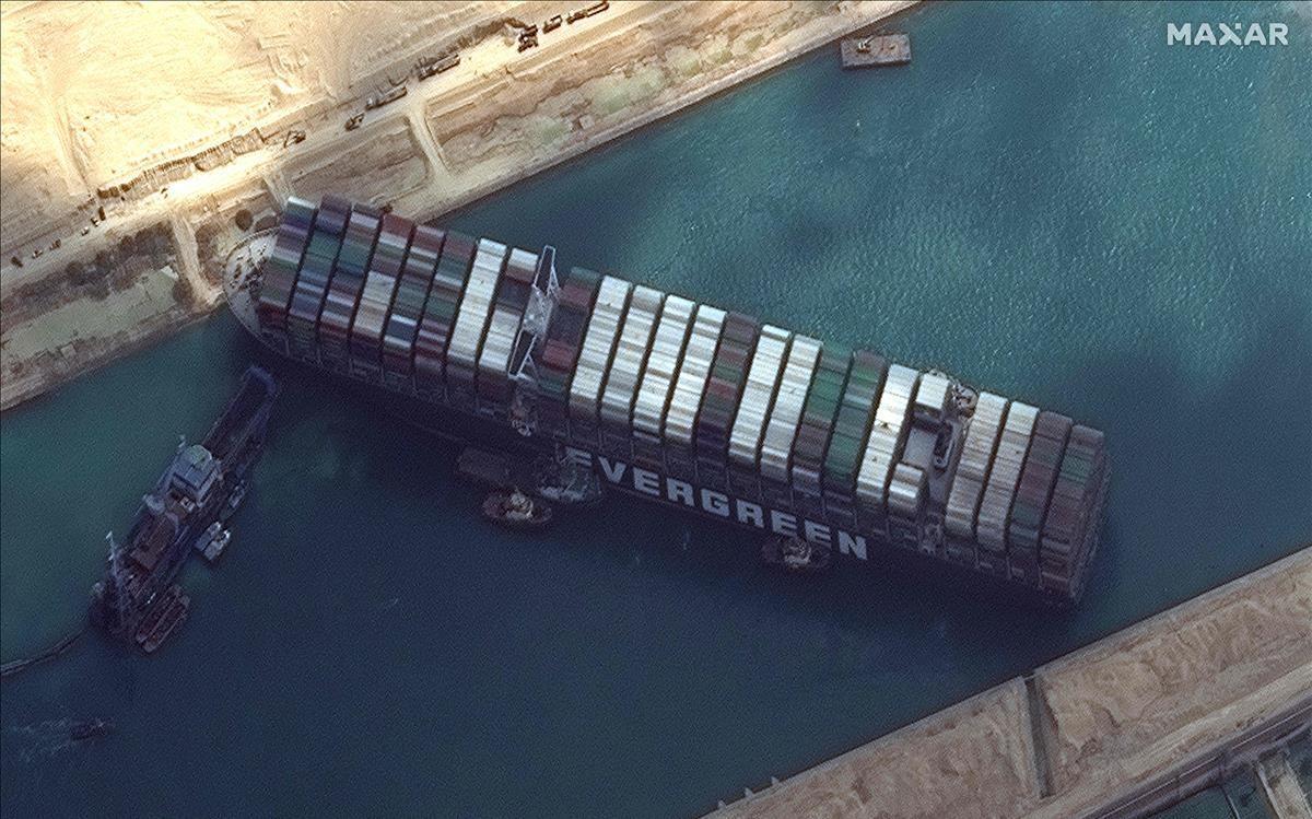 imagen satelital del  barco que tiene las dimensiones de cuatro campos de futbol encallado en el Canal de Suez
