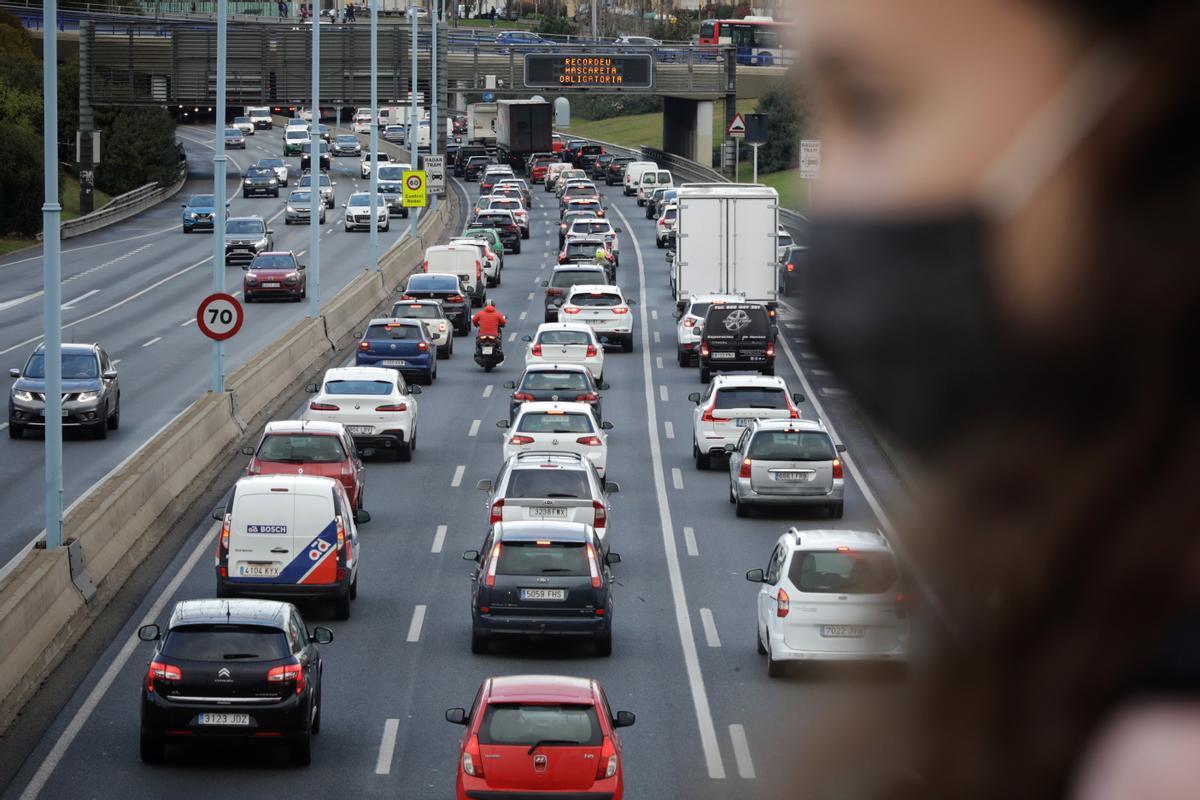 Salida de vehículos en la Ronda de Dalt de Barcelona, a la altura de Horta, este viernes por la tarde.