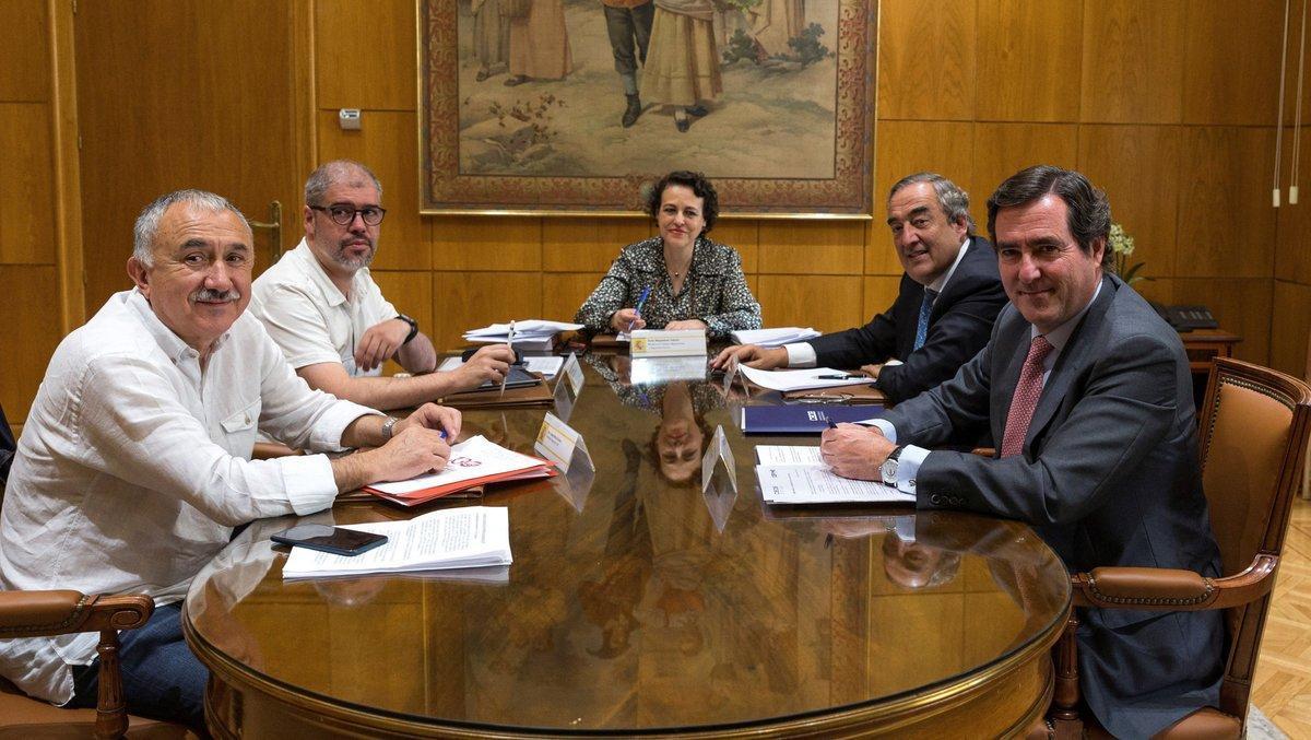 La ministra de Trabajo, Magdalena Valerio, durante una reunión con los presidentes de CEOE, Cepyme, UGT y CCOO.