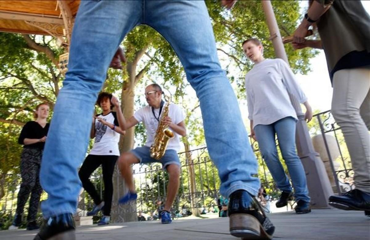 Iván Bouchain, con el saxo al cuello, durante una 'tap jam' dominicalen la glorieta del parque de la Ciutadella.