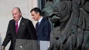 Pedro Sánchez y Juan Carlos, el 6 de diciembre de 2018, salen del acto del Congreso en el que se celebró el 40º aniversario de la Constitución.