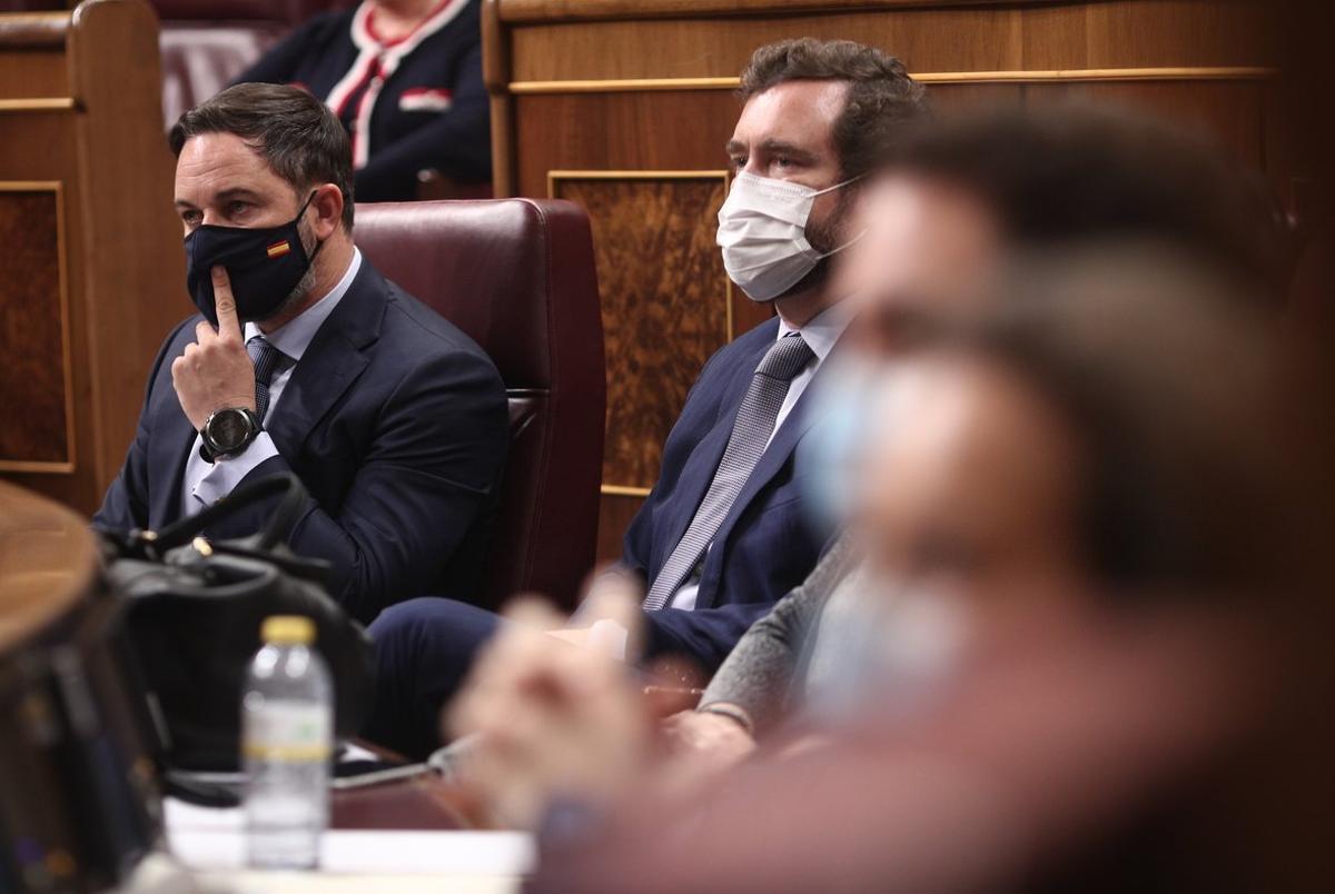 El presidente y el portavoz de Vox, Santiago Abascal e Iván Espinosa de los Monteros, este 22 de octubre durante la segunda jornada de debate de la moción de censura de la formación ultra.