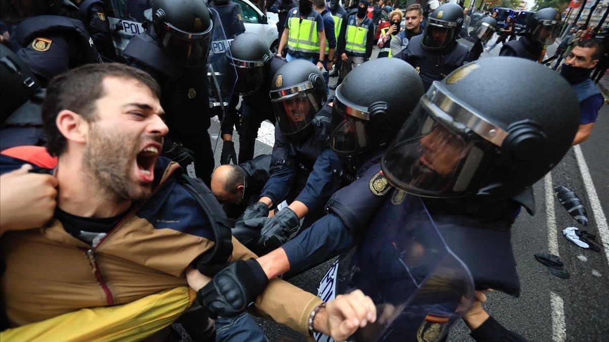 Intervención de la Policía Nacional en la escuela Llull de Barcelona el 1-O.