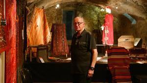 Francesc Ventura en su tiendaVenturade Sabadellde articulos de viaje (maletas) y alfombrasen cuyo interior tiene el horno de ceramica mas grande de Europa