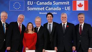 La UE y Canadá firman el acuerdo de libre comercio bilateral (CETA, por sus siglas en inglés) en Bruselas.