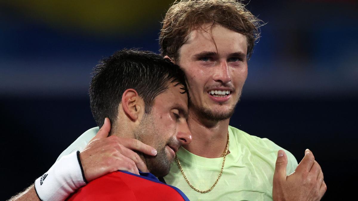 Djokovic se abraza con Zverev, después de perder con el tenista alemán.