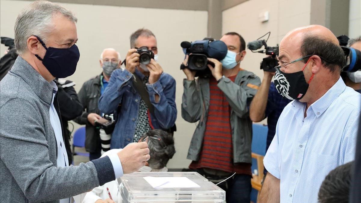 El lendakari y candidato a la reeleccion Inigo Urkullu, a la izquierda, vota en la localidad vizcaina de Durango, este domingo.