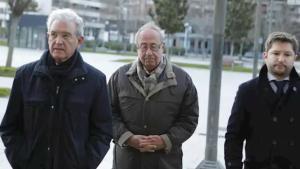 Angel Vizcay (centro de la fotografía) llega al juicio sobre los presuntos pagos de Osasuna a distintos clubes durante el 2013 y el 2014.