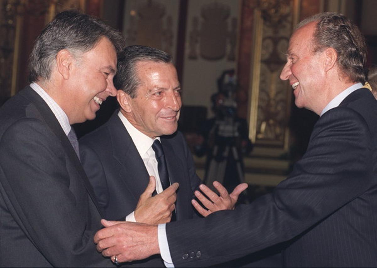 El rei Joan Carles conversa somrient amb els expresidents del Govern, Adolfo Suárez i Felipe González, durant la sessió d'obertura de la sisena legislatura al Congrés dels Diputats, el 1996.