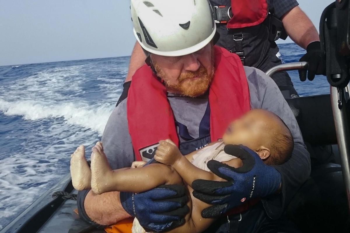El bebé ahogado en el Mediterráneo en los brazos de unsocorrista alemán.