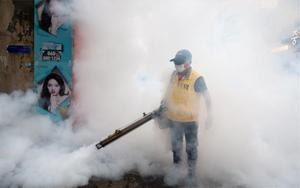 Desinfectan las calles de Seúl ante rebrotes de contagios de COVID-19.