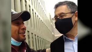 Bartomeu se hace un selfi con un admirador a su salida de los juzgados