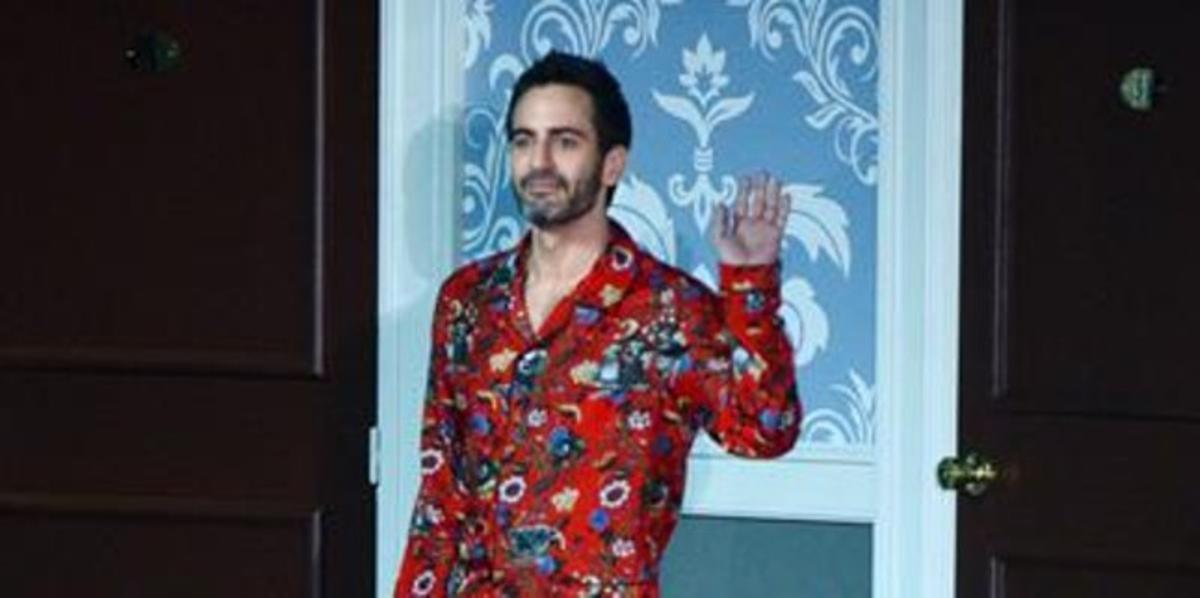 Marc Jacobs saluda en la pasarela parísina, tras celebrarseel desfile de Louis Vuitton, el pasado 6 de marzo.