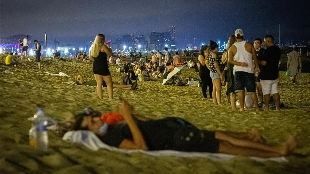Ambiente en la playa de la Barceloneta,a la una y media de la madrugada el pasado 1 de agosto.
