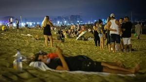 El 'botellon' s'estén de les platges als barris i Collserola