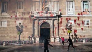 La fachada de la Generalitat, con pintura roja por una protesta del sector de la restauración.