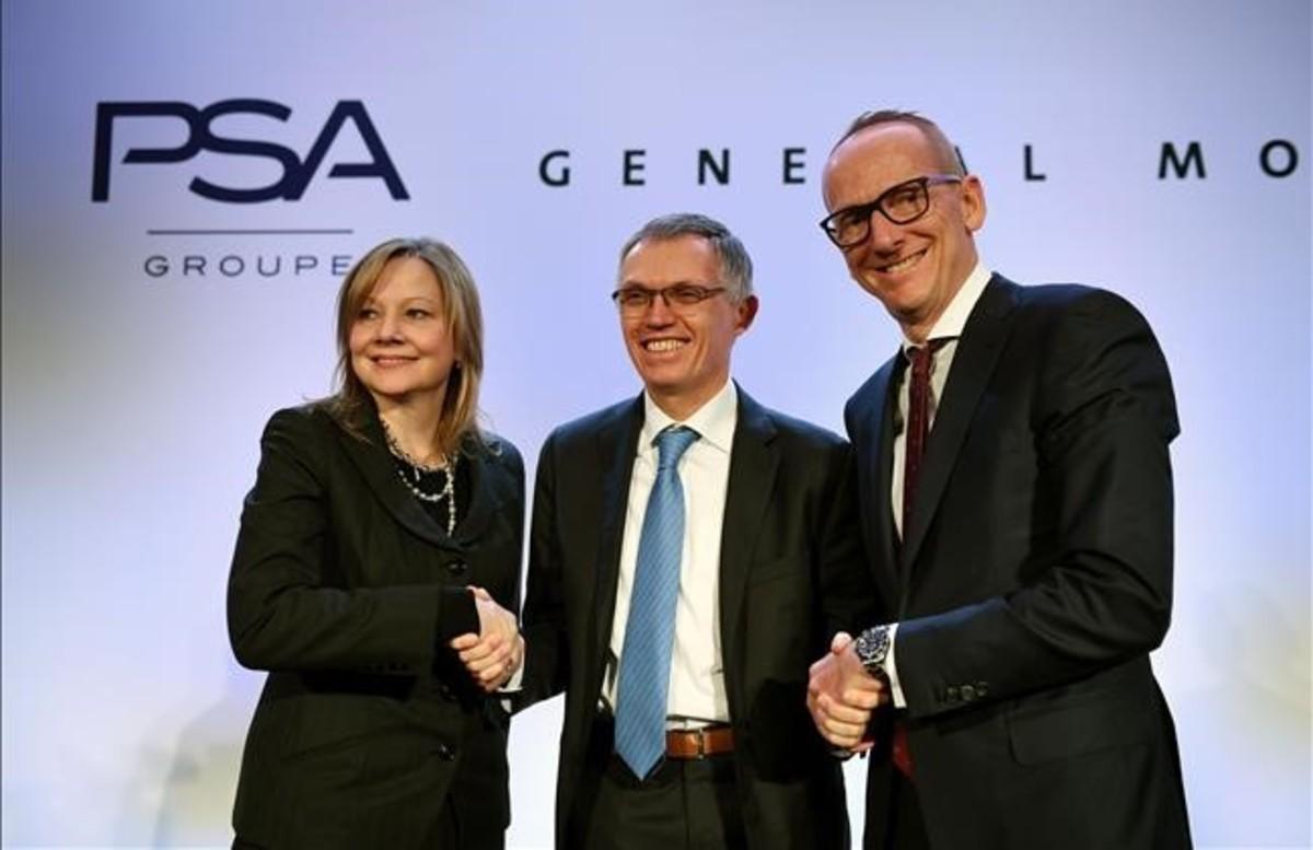 El máximo responsable de General Motors Company Mary T. Barra, junto al presidente del grupo PSA, Carlos Tavares, y el de Opel, Karl Thomas Neumann, posan ante los fotógrafos tras la firma del acuerdo.