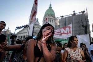 Miles de mujeres marchan frente a las puertas del Congreso de la Nación a la espera del resultado de la sesión donde se debate la legalización del aborto, en Buenos Aires.