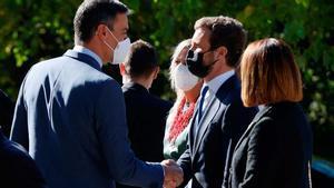 Pedro Sánchez saluda a Pablo Casado a su llegada al monasterio de Yuste.