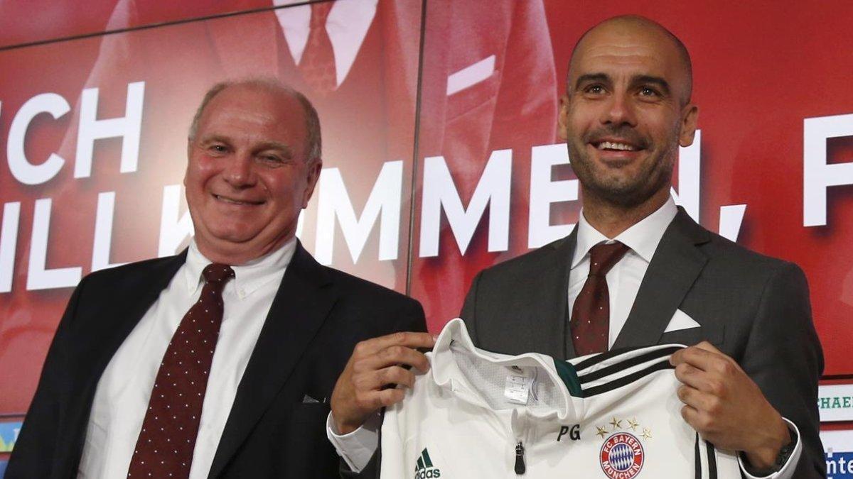 Uli Hoeness y Pep Guardiola, en la presentación del técnico con el Bayern, en el 2013.