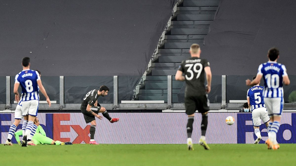 Bruno Fernandes marca el 0-1 para el United con la portería de la Real Sociedad desguarnecida.