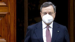 Mario Draghi sale de su casa para dirigirse a la ceremonia de jura de su cargo, en Roma.