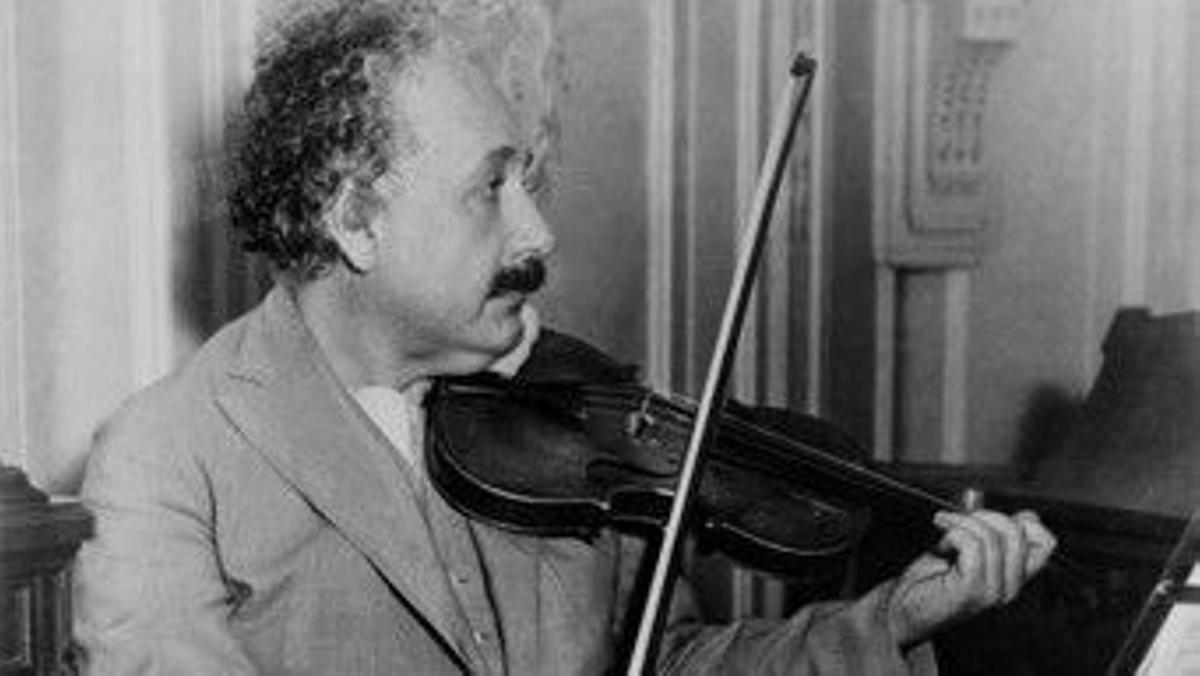 Albert Einsten toca el violín, en 1944