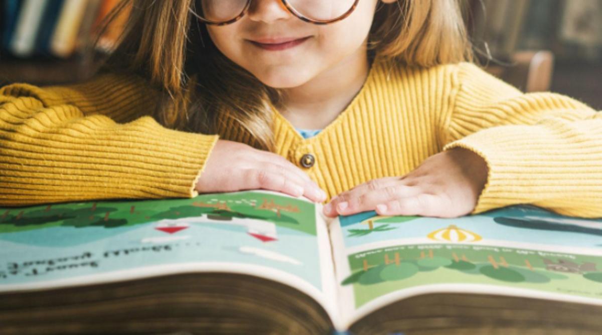 Una niña leyendo.
