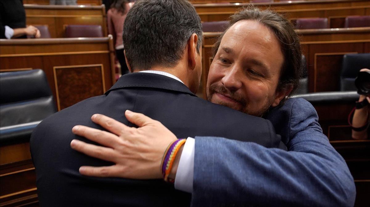 Emotivo abrazo entre Sánchez e Iglesias, al finalizar la sesión.