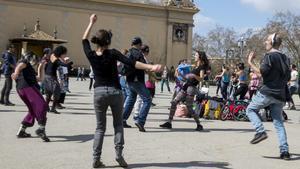 Un grupo de bailarines de la Tribu Silent Disco, durante el inicio de la última sesión en Montjuïc.