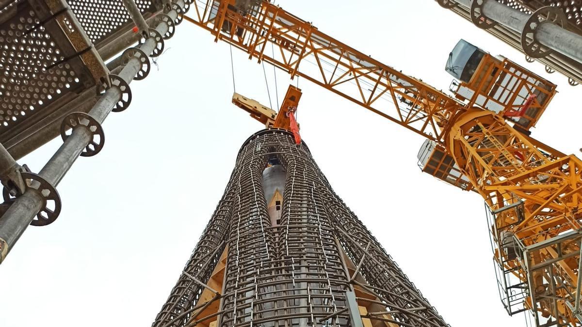 Inicio de las obras de la última fase para coronar la torre de la Virgen de la Sagrada Família en diciembre, este martes.