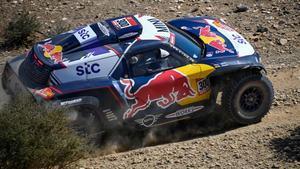 Carlos Sainz, en plena acción, durante la primera etapa del Dakar 2021.