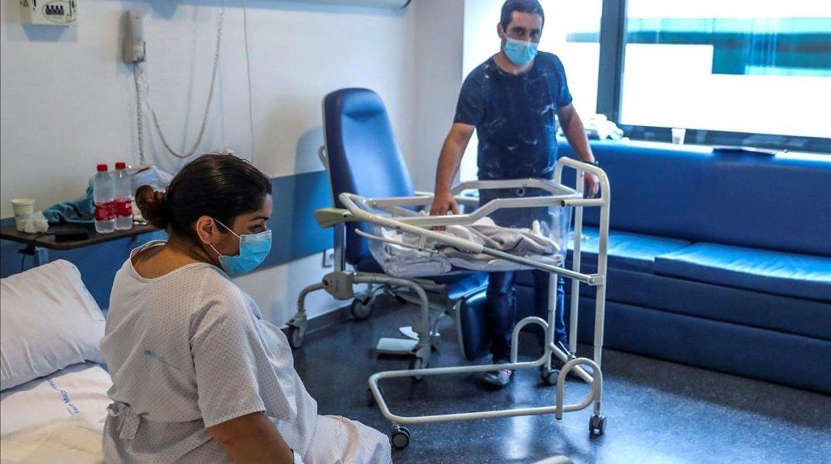 Una mujer y su pareja tras el parto, en el Hospital Puerta de Hierro de Majadahonda (Madrid).