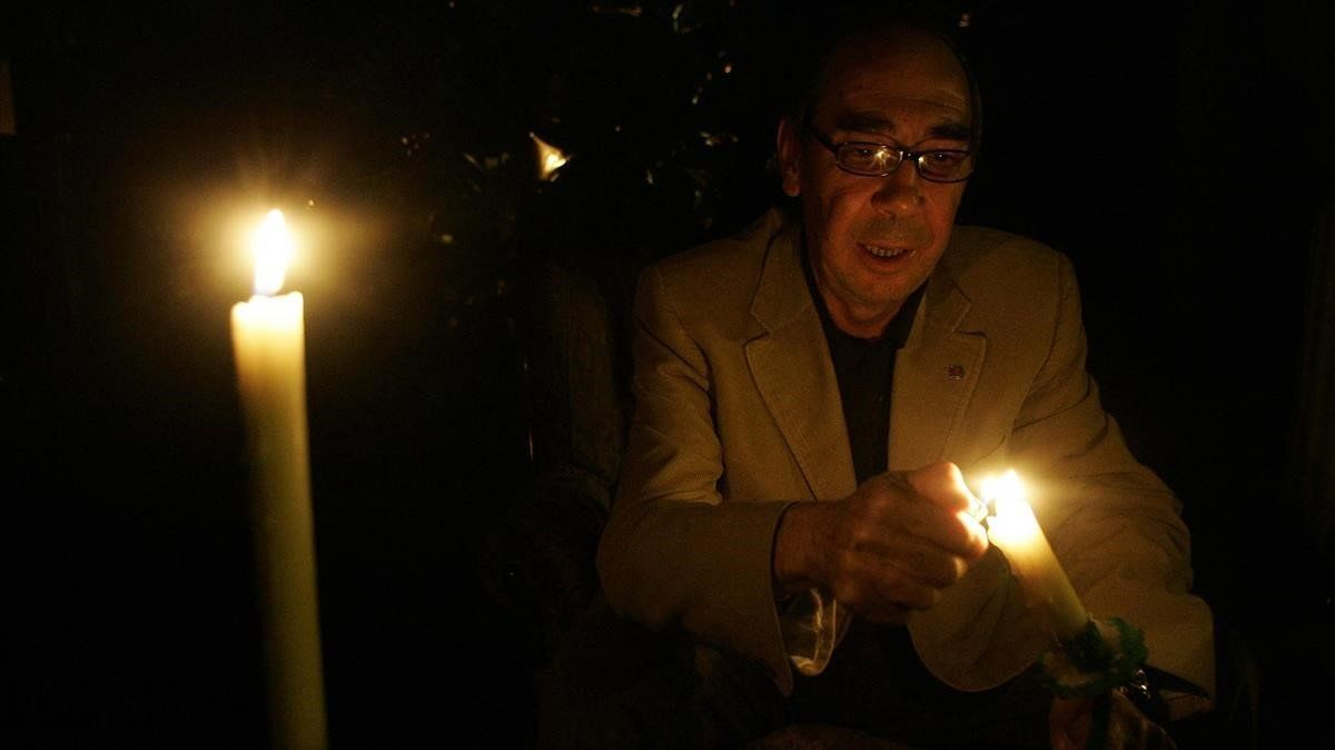 Un hombre sin luz en su casaenciende unas velas