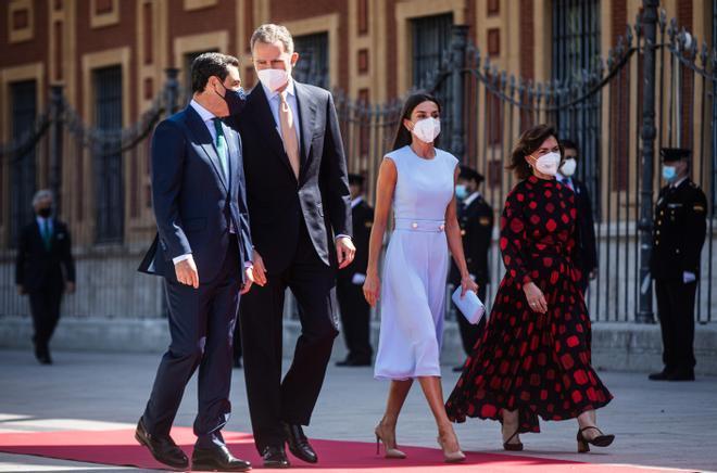 La vicepresidenta primera, Carmen Calvo, acompaña a los Reyes en la entrega de la medalla de honor de Andalucía a Felipe VI, junto al presidente de la Junta, Juanma Moreno, el pasado 14 de junio en Sevilla.