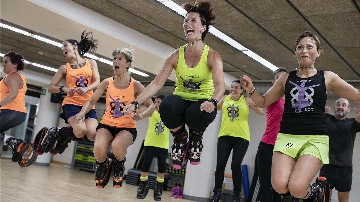 Susana Molina (la que más salta) dirige una clase del club JumpIt! BCN en el Holmes Place de Sardenya.