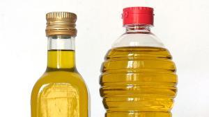 Dos botellas de aceite de oliva.
