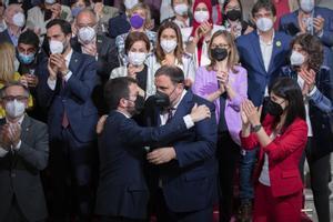 Junqueras y Aragonès se abrazan tras la investidura.