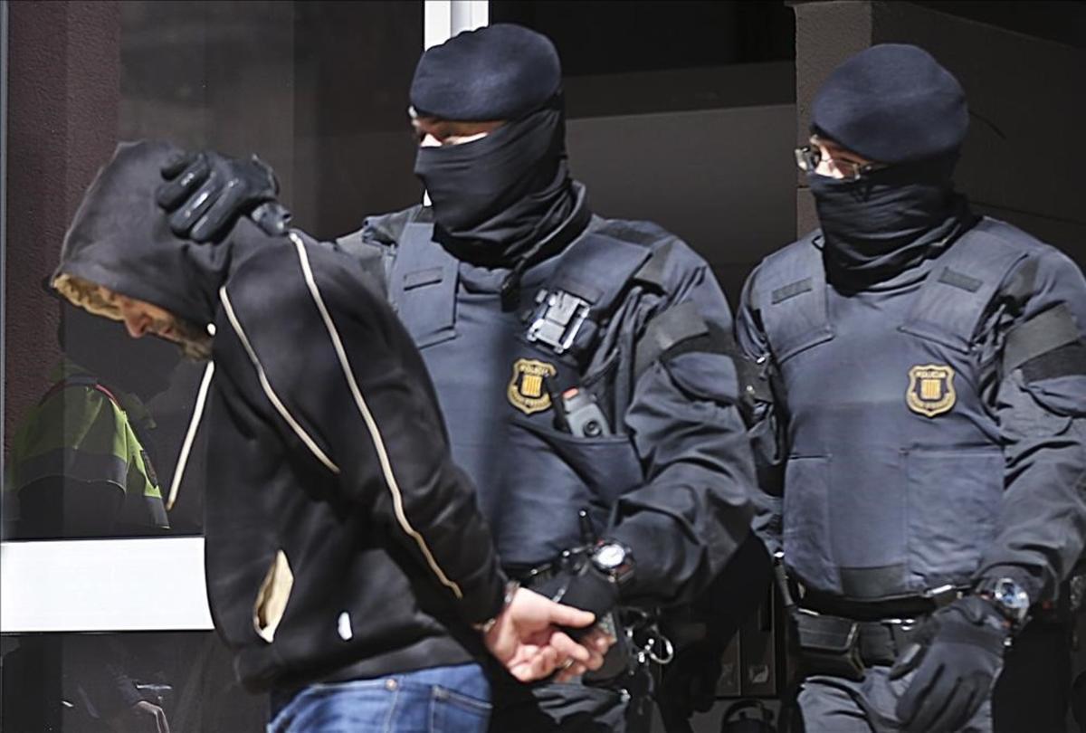 Los Mossos sacan de su casa a AntonioSáez, el líder de la célula desarticulada, el8 de abril del 2015.