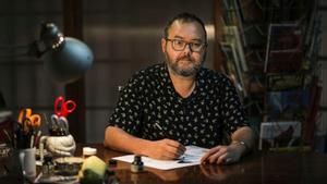 Albert Monteys, en el estudio de su casa, en Barcelona, esta miércoles.