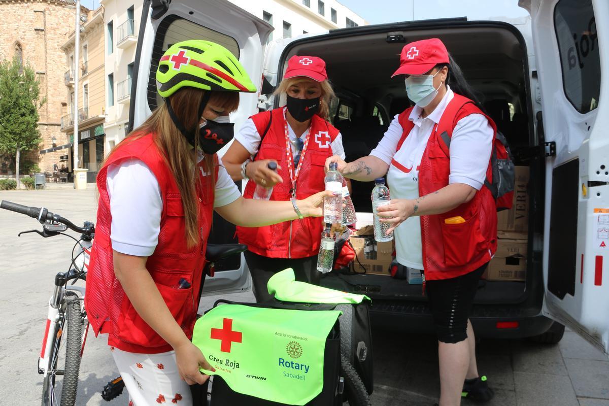 Voluntarios de Cruz Roja Sabadell durante la ola de calor el pasado sábado 14 de agosto 2021