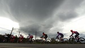 Los corredores, entre nubes oscuras, durante la 15ª etapa de la Vuelta.