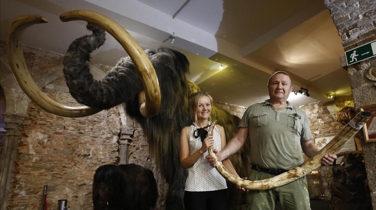 Julia Slesareva, directora del museo, y su padre, el arqueólogo aficionado Sergey Slesarev.