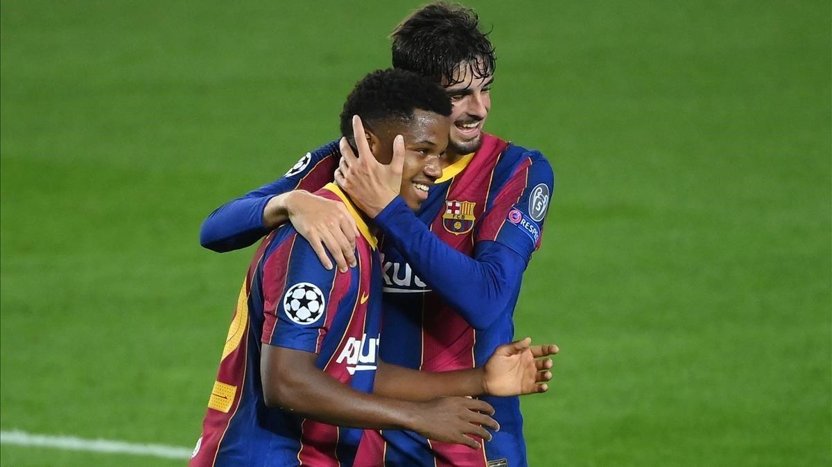 Ansu Fati y Trincao celebran el segundo gol del Barça ante el Ferencváros.
