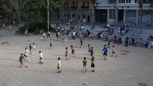 Un grupo de niños juegan al fútbol en el patio del centro cívico La Sedeta, el pasado 17 de junio.