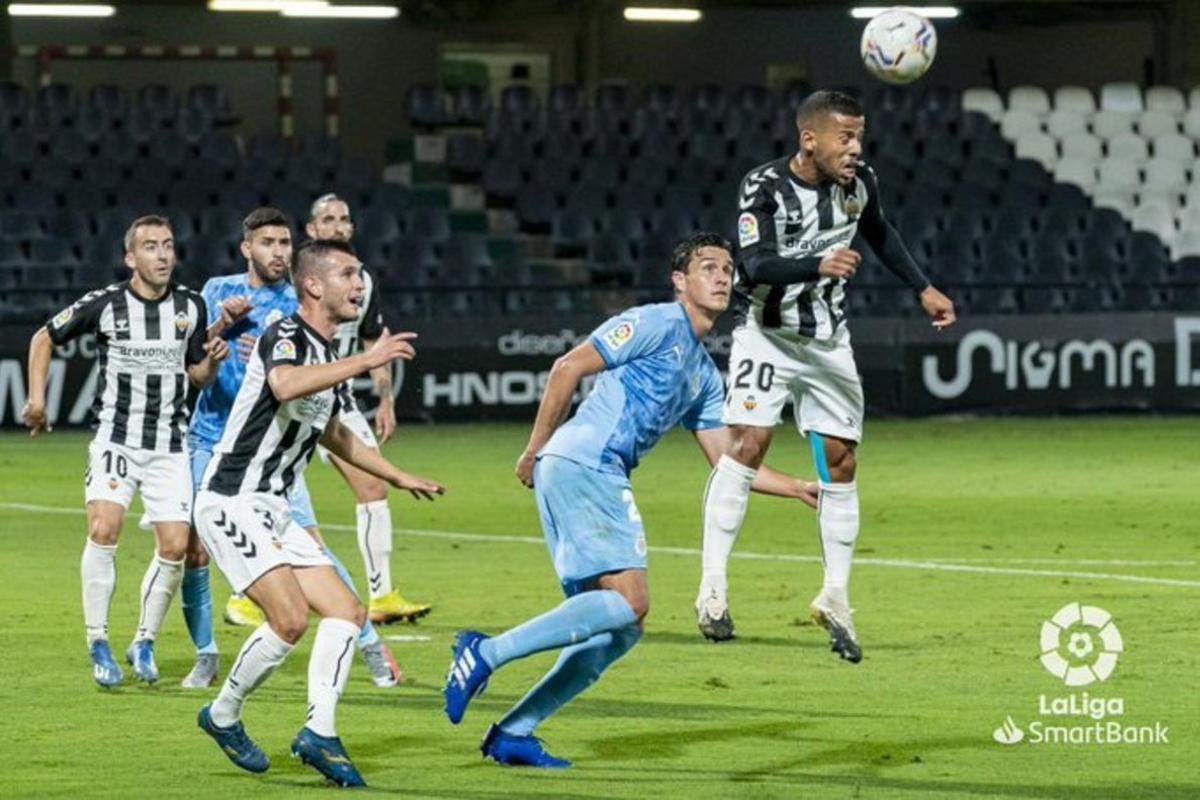 Bernardo, del Girona, intenta anticiparse a un jugador del Castellón.