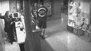 Los dos asaltantes, uno de ellos vestido con una camiseta de los Ángeles del infierno, en un hotel en Mallorca antes de secuestrar al empresario.